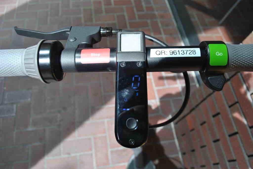 Ninebot Max handlebars, brake, accelerator, and display